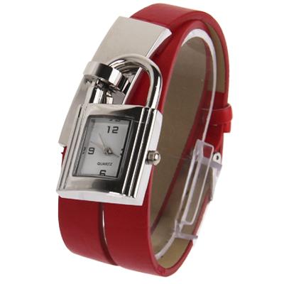 Часы кварцевые в виде замка на кожаном ремешке.